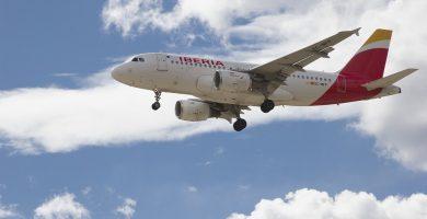 Avión de la Compañía Aérea Iberia Aterrizando