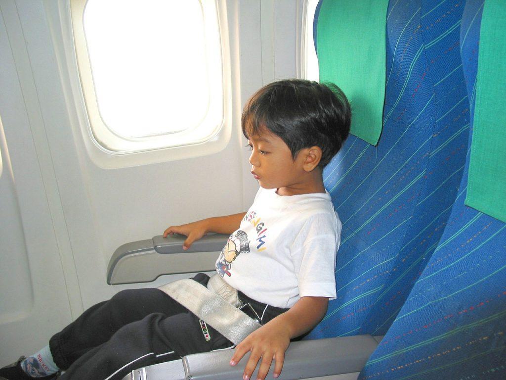 Menor que viaja solo en avión