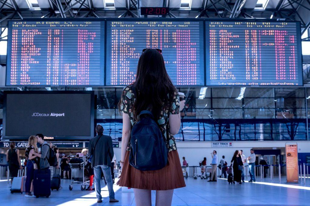 Chica viajera en un aeropuerto internacional