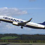 Avión Despegando del Aeropuerto de la Compañía de vuelos LowCost Baratos Ryanair