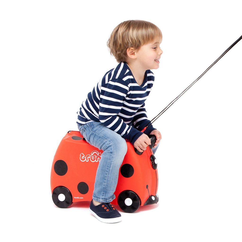 Niño Divertido Montado en la Maleta Infantil Correpasillos y Equipaje de Mano Tipo Trolley de la Marca Trunki Modelo Margarita